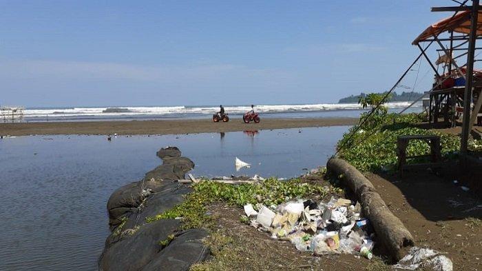 Sampah Plastik Berserakan di Pantai Air Manis Kota Padang, Pengunjung Keluhkan Kebersihan Pantai