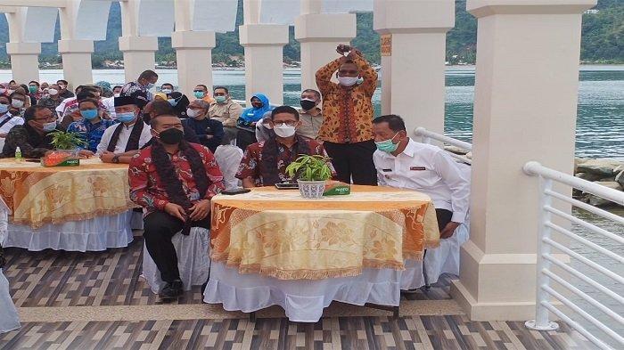 Menteri Pariwisata dan Ekonomi Kreatif (Menparekraf) RI, Sandiaga Salahuddin Uno bersama Wagub Sumbar Audy Joinaldy serta hadirin saat menyingganhi Masjid Terapung Samudera Ilahi di Kawasan Pantai Carocok, Kabupaten Pesisir Selatan, Provinsi Sumatera Barat (Sumbar), Jumat (23/4/2021) lalu.