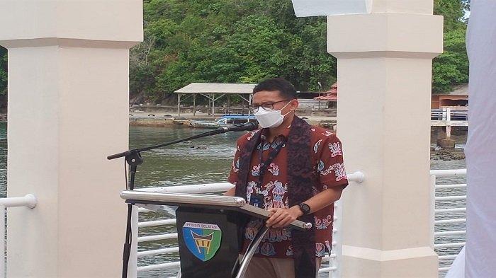 Menteri Pariwisata dan Ekonomi Kreatif (Menparekraf) RI, Sandiaga Salahuddin Uno memberikan sambutan ketika mengunjungi Masjid Terapung Samudera Ilahi di Kawasan Pantai Carocok, Jumat (23/4/2021) lalu.