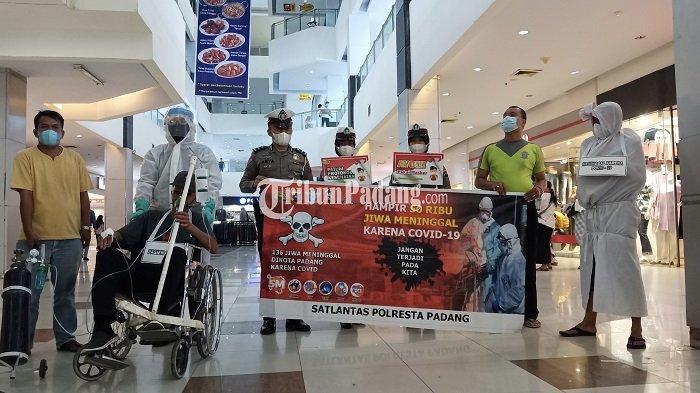 'Pocong' Mendadak Masuk Pusat Perbelanjaan di Padang, Ingatkan Masyarakat yang Tak Pakai Masker