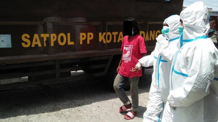 Satpol PP Tangkapi Orang Gila di Padang, Pakai Kaos Merah hingga Pelaku yang Lempar Pengendara