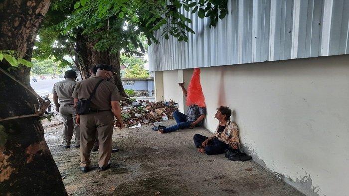 Tim Satpol PP Sumbar melaksanakan penertiban terhadap gelandangan dan pengemis serta aktivitas warga di trotoar kantor gubernuran di sepanjang jalan protokol Jenderal Sudirman Kota Padang, Provinsi Sumatera Barat (Sumbar).