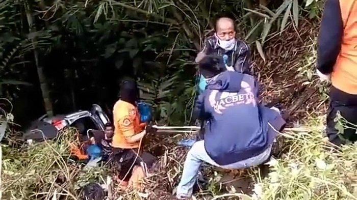Minibus Bawa Sembako Hilang Kendali Masuk Jurang, Petugas Evakuasi Barang Bawaan Secara Bersama-sama