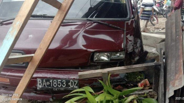 Mobil Daihatsu Zebra Tabrak Bengkel di Pasaman, 3 Petani Dilarikan ke Rumah Sakit