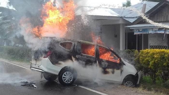 HP Meledak saat Nonton Youtube, Mobil Daihatsu Sigra Terbakar di SPBU, 2 Korban Dilarikan ke RS