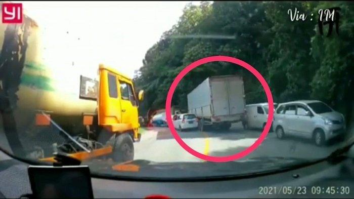 BREAKING NEWS: Truk Box Hilang Kendali di Penurunan Sitinjau Lauik Padang