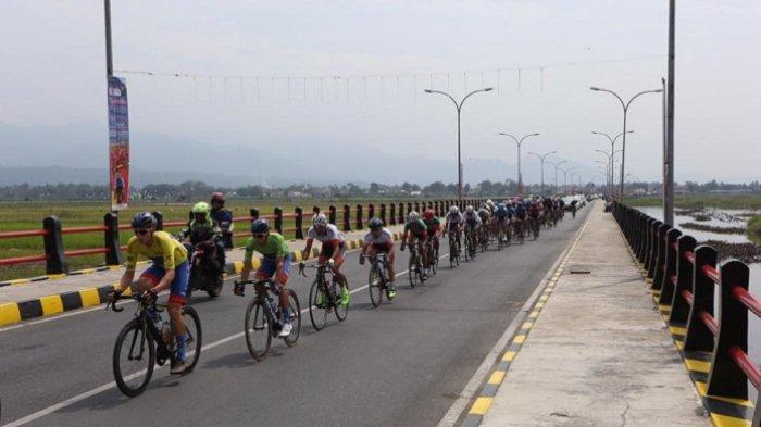 Tour de Singkarak Masuki Etape Akhir, Pembalap TdS 2019 Finish di Pantai Cimpago Padang via Mandeh