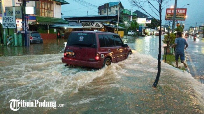 Hujan Lebat Mengguyur Padang, Banjir di Mana-mana, Kendaraan Mogok hingga Air Masuk Toko