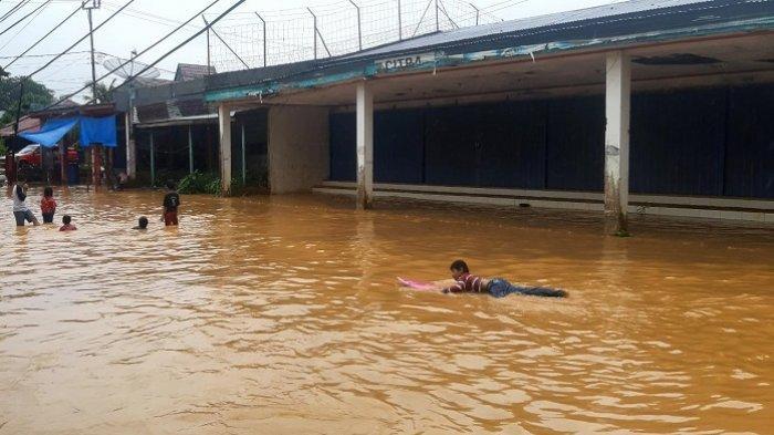 Hujan Lebat Melanda Padang, Komplek Jondul Rawang Berubah jadi 'Kolam Renang'
