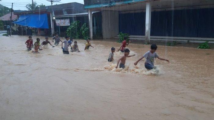Banjir Lagi, Komplek Jondul Rawang Padang Berubah jadi 'Waterboom-nya' para Bocah