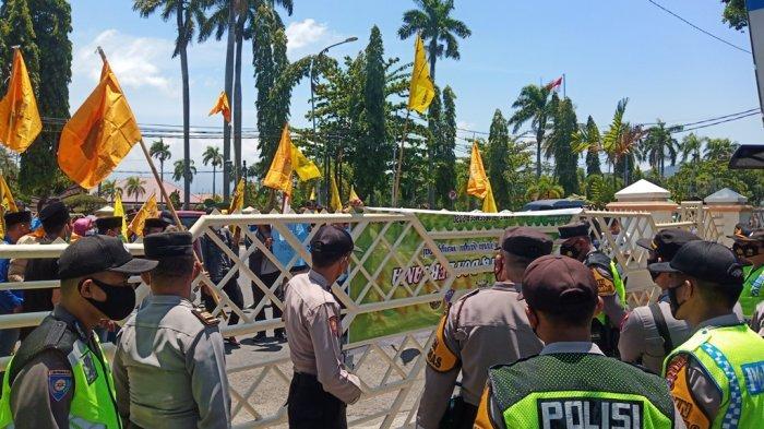 Tak Diizinkan Masuk, Peserta Demo Tendang Pagar Kantor Gubernur Sumbar