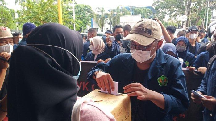 Massa Gelar Aksi di Kantor Pos Kota Padang, Desak Jokowi Batalkan Pemecatan 57 Pegawai KPK