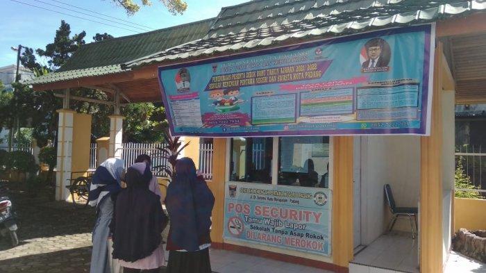 Hari Pertama PPDB SMP Padang 2021, Orang Tua Siswa Datangi Sekolah untuk Menjawab Keraguan