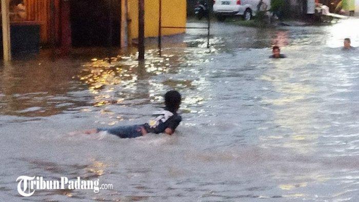 Aksi Gokil Warga Padang saat Banjir Melanda, Jalan Dijadikan Kolam Renang dan Tempat Cuci Sepeda