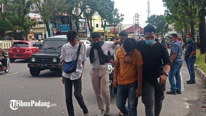 Sejumlah remaja yang lewat di sekitar gedung DPRD Sumbar diamankan polisi, Jumat (9/10/2020).