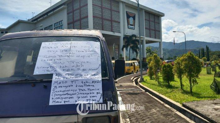 Sejumlah sopir angkot mogok dan parkir di depan Balai Kota Padang, Rabu (23/6/2021). Mereka juga mencurahkan isi hati di kertas yang ditempel di kaca angkot