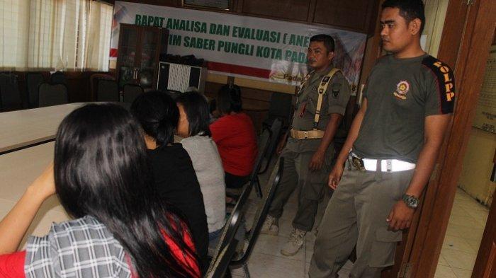 Karaoke Tak Berizin, 6 Wanita Pemandu Lagu Diamankan Satpol PP Padang, Sound Sistem Diangkut