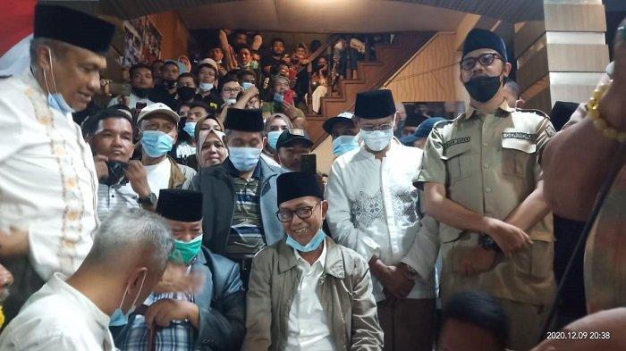 Paslon Wali Kota dan Wakil Wali Kota Bukittinggi nomor urut tiga datangi posko pemenangan Paslon nomor dua, Erman-Marfendi, Rabu (9/12/2020) malam.