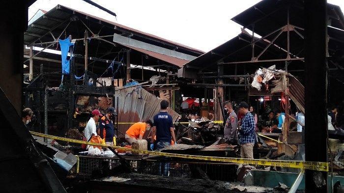 Sejumlah petugas dari Tim Inafis Polda Sumbar melakukan penyelidikan terkait penyebab kebakaran di Pasar Bawah Kota Bukittinggi, Provinsi Sumatera Barat (Sumbar) pada Sabtu (11/9/2021) lalu.