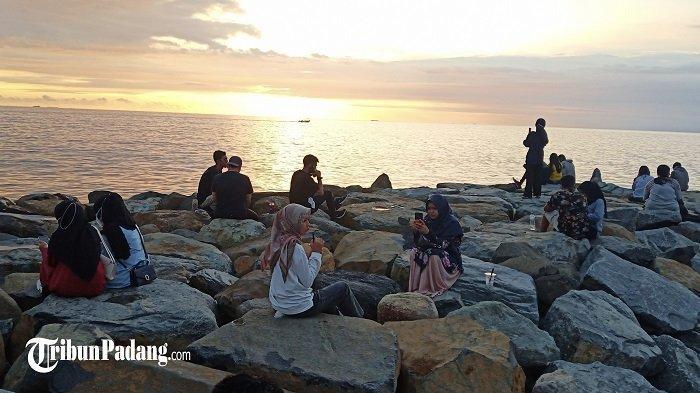 Hari Pertama PPKM Mikro di Padang, Masyarakat Tampak Menikmati Suasana Senja di Pantai