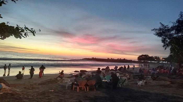 Suasana Senja Pantai Purus Kota Padang, Pengunjung Nikmati Liburan Momentum Hari Lahir Pancasila