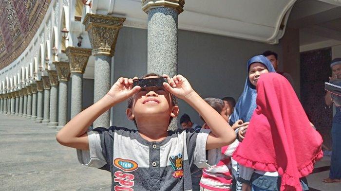 Gunakan Kaca Las, Bocah di Padang Antusias Lihat Gerhana Matahari Cincin di Masjid Raya Sumbar