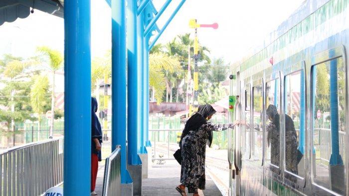 Seorang penumpang sedang naik ke Kereta Api Minangkabau Ekspres. KA ini mengubungkan Bandara Internasional Minangkabau dengan Kota Padang dengan akhir perhentian di stasiun Pulai Aie