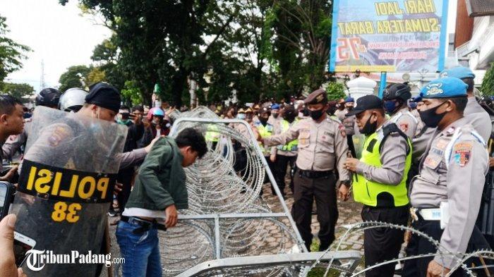 Seorang remaja diamankan polisi saat demo tolak UU Cipta Kerja di DPRD Sumbar, Kamis (8/10/2020).