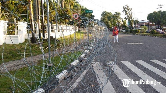 Besok Ada Demo Tolak UU Cipta Kerja di Padang, Makanya Kawat Berduri di DPRD Sumbar Belum Dibuka