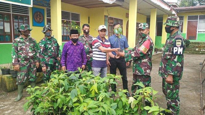Satgas TMMD ke-108 Kodim 0307/Tanah Datar Serahkan 200 Bibit Sukun, Gotong Royong Menanam