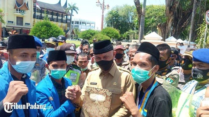 Mahyeldi Ajak Sholawatan Bersama Peserta Aksi Demo, Soal Dugaan Penyelewengan Dana Covid-19