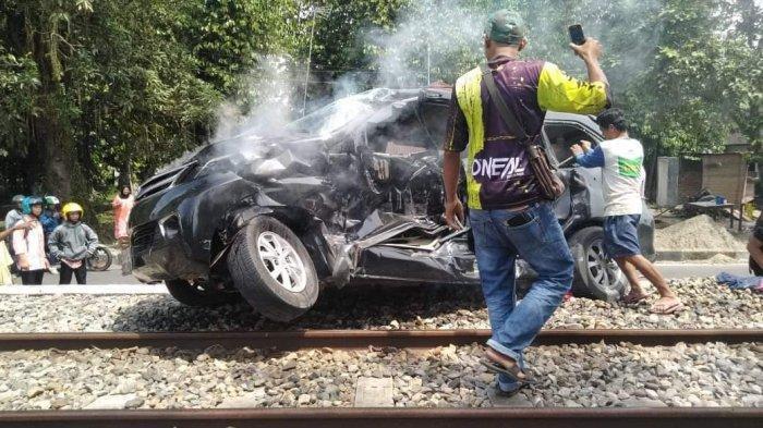 PenyebabTabrakan Kereta Api Sibinuang Vs Avanza di Pariaman hingga Kepala PenumpangAvanza Robek