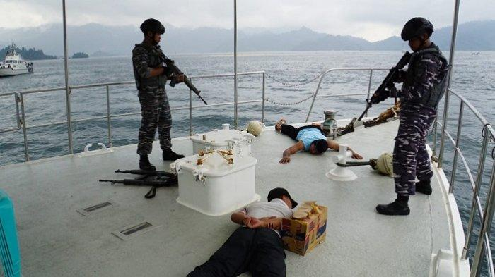 SIMULASI: TNI AL Tangkap Perompak di Perairan Selatan Padang, Bersenjata Api dan Bawa Narkoba