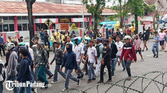 Siswa SMA Ikut Demo Tolak UU Cipta Kerja di Padang, Pakai Seragam Putih Abu-abu dan Pramuka