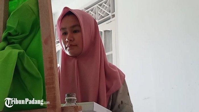 Siti Zakiah Hafiza saat melukis di sebuah baju kaos di Kota Padang, Rabu (7/4/2021).