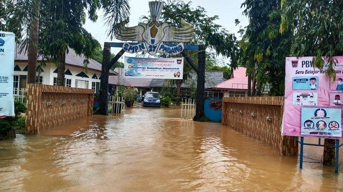 BREAKING NEWS: SMPN 27 Kota Padang Terendam Banjir, Air Setinggi Betis Orang Dewasa