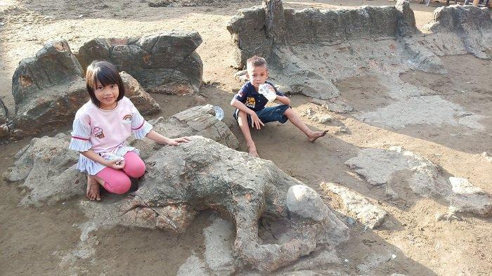 Batu Malin Kundang Masih Jadi Spot Foto Favorit, Objek Wisata Pantai Air Manis Masih Ramai
