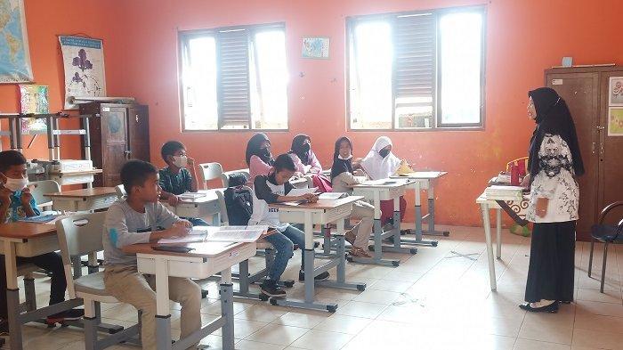Hari Ketiga Belajar Tatap Muka di Padang, Siswa SD Gunakan Pakaian Bebas ke Sekolah