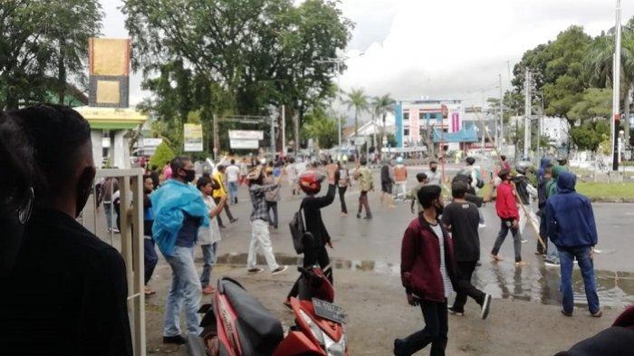 Suasana kerusuhan demo di Simpang DPRD Sumbar, Kamis (8/10/2020).