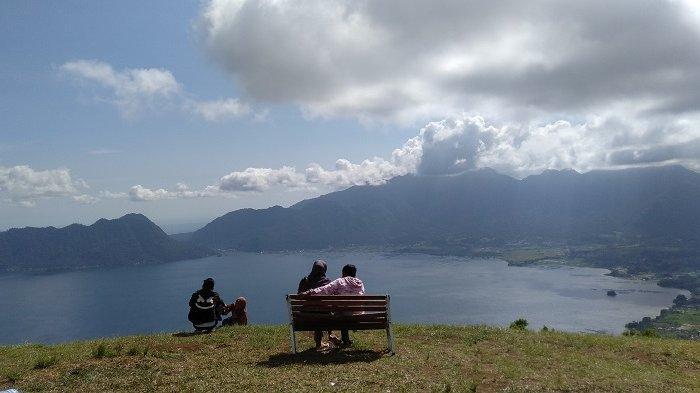 Menikmati Pemandangan Danau Maninjau dari Lawang Park Adventure, Wisatawan Dibikin Takjub