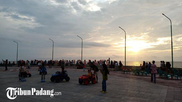 Saksikan Sunset Terakhir di Tahun 2019, Wisatawan Berbondong-bondong ke Pantai Padang