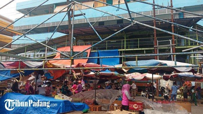 Penampakan Pasar Raya Padang saat Dihantam Badai, Pedagang Pegangi Payung Tenda agar Tak Terbang
