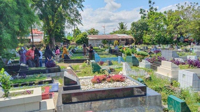 Suasana Tempat Pemakaman Umum Tunggul Hitam Kota Padang Pasca Sholat Idul Fitri 1442 H