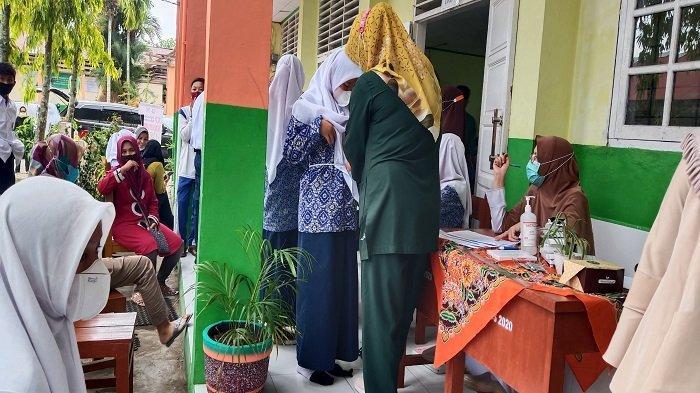 Orang Tua Siswa SMP 22 Padang Antusias Dampingi Anak Vaksin, Terjaga dari Penularan Covid-19