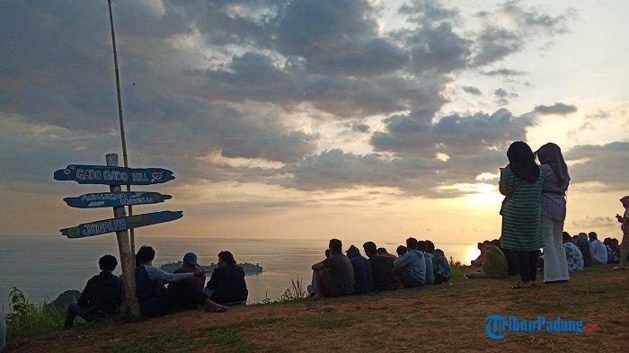 Puncak Bukit Gado-gado yang ramai dikunjungi warga masyarakat Kota Padang, Provinsi Sumatera Barat (Sumbar), Kamis (27/8/2020) petang, yang sebagian ingin menyaksikan sunset atau matahari tenggelam.
