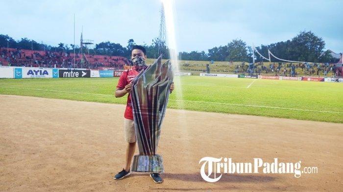 Bali United Juara Liga 1 2019, Suporter Pamer 'Piala' di Kandang Semen Padang FC