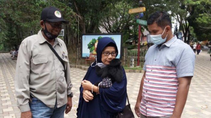Syafrina Bahar pada saat memeluk satwa dilindungi jenis Ungko sebelum diserahkan ke BKSDA Bukittinggi, Senin (4/1/2021). Hewan tersebut ditemukan Syafrina di Pasaman dalam kondisi luka.