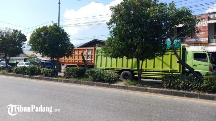 Satu unit truk mengalami kerusakan di Jalan Tanjung Saba, Kecamatan Lubuk Begalung, Kota Padang, Sumatera Barat, Senin (24/5/2021). Kondisi ini menyebabkan macet panjang.