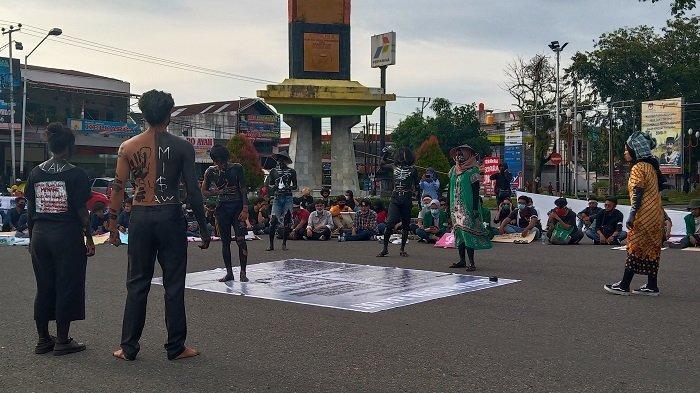 Aksi Teatrikal Warnai Demo Menolak UU Cipta Kerja di DPRD Sumbar, Arus Lalu Lintas Tersendat
