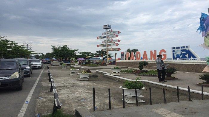 Wisatawan Ramai Berkunjung Ke Pantai Padang Jelang Pergantian Tahun, Pedagang Panen Pelanggan
